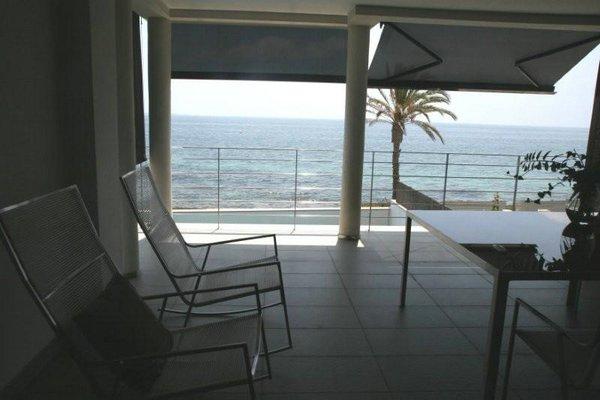 mesa de verano con sillas de mimbre